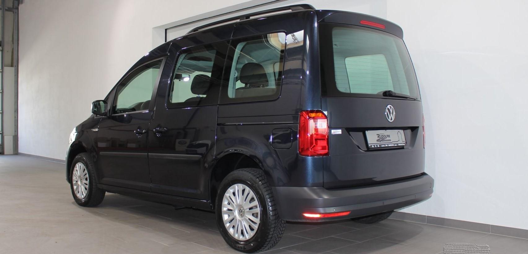 Caddy vor der Scheibentönung (Ansicht hinten schräg) in premium black