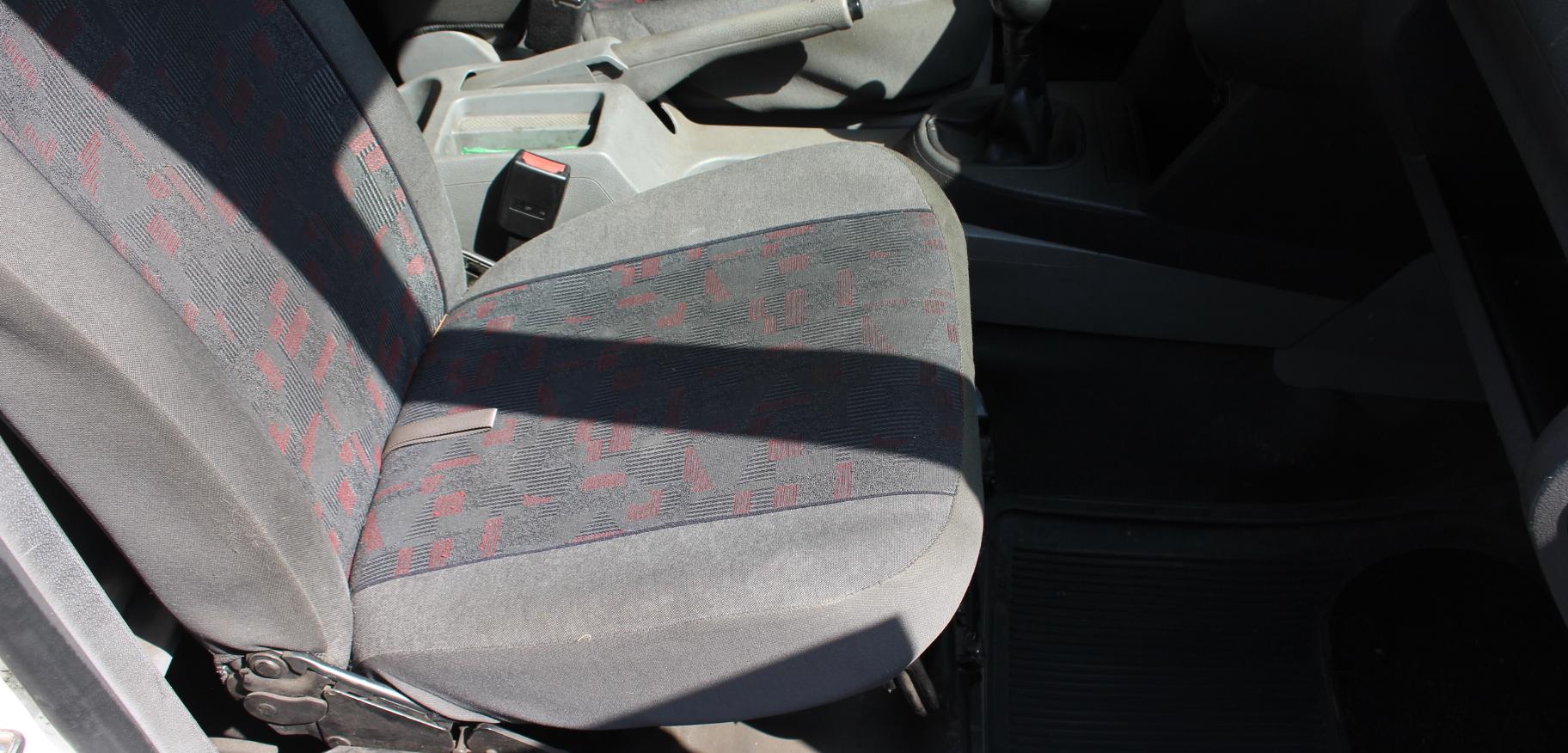 Beifahrersitz vor der Aufbereitung (mit Sitzbezug)